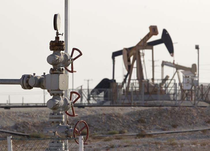 资料图片:2014年10月,巴林麦纳麦以南油田的一处抽油设施。REUTERS/Hamad I Mohammed