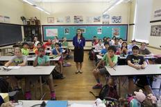 صورة من أرشيف رويترز لطلاب في فصل دراسي مع معلمتهم في بوسطن بالولايات المتحدة.