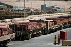 Un tren cargado con láminas de cátodo de cobre se ve en Escondida de BHP Billiton, en Antofagasta, Chile. 31 marzo 2008.El cobre, el zinc y otros metales básicos subían el jueves en la medida que inversionistas, especuladores y consumidores reanudaban sus compras luego de las recientes pérdidas ante expectativas de una mayor demanda estacional. REUTERS/Ivan Alvarado - RTSYUE7