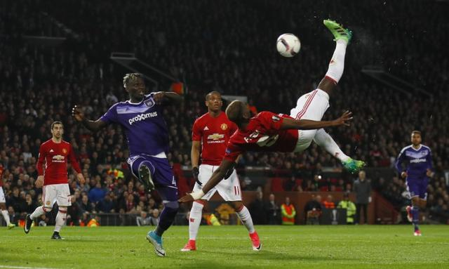 Britain Football Soccer - Manchester United v RSC Anderlecht - UEFA Europa League Quarter Final Second Leg - Old Trafford, Manchester, England - 20/4/17 Manchester United's Paul Pogba attempts an overhead kick Action Images via Reuters / Jason Cairnduff Livepic