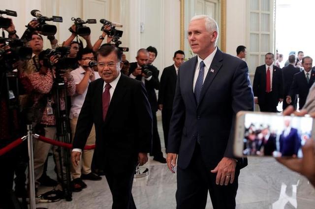 4月21日、ホワイトハウス当局者によると、ペンス米副大統領(写真右)は訪問先のインドネシアで、米企業が100億ドル超相当の覚書を交わすのに立ち会う。写真左はユスフ・カラ・インドネシア副大統領。ジャカルタで20日撮影(2017年 ロイター/Beawiharta)