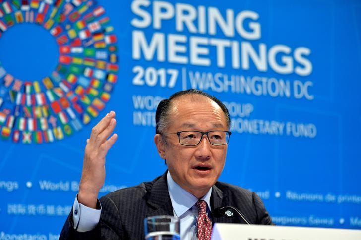 2017年4月20日,世界银行总裁金庸在IMF和世行2017春季会议开幕前的记者会上讲话。REUTERS/Mike Theiler