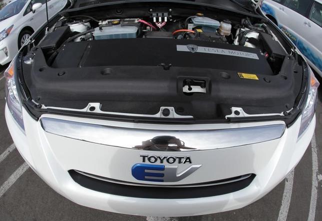 4月19日、トヨタ自動車はこれまでの開発戦略を180度転換し、電気自動車(EV)開発に本腰を入れざるを得なくなっている。写真は同社RAV4のEV車。米カリフォルニア州で2011年9月撮影(2017年 ロイター/Lucy Nicholson)