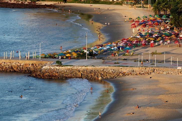 2017年4月17日,巴西福塔雷萨Meireles海滩的游人。REUTERS/Paulo Whitaker