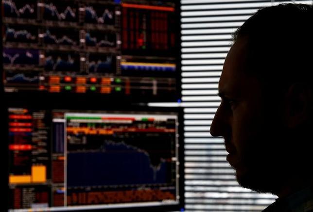4月21日、2017年度は外債投資の運用スタンスをめぐって国内機関投資家が悩みを深める年となりそうだ。写真はディーリングルーム、1月ワルシャワで撮影(2017年 ロイター/Kacper Pempel)