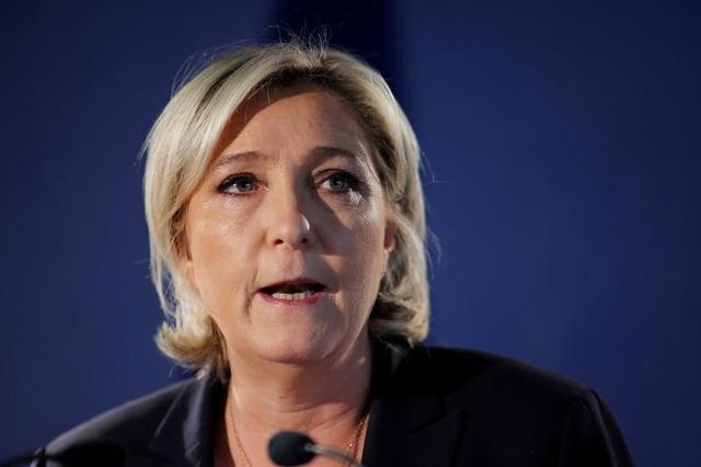 4月21日、仏極右政党・国民戦線(FN)のルペン党首(写真)は、フランスは国境チェックを直ちに再開し、諜報機関の監視対象となっている外国人を国外に退去させるべきだと主張した。写真はパリで21日撮影(2017年 ロイター/Benoit Tessier)