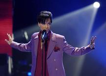 صورة من أرشيف رويترز للمغني الراحل برنس في كاليفورنيا.