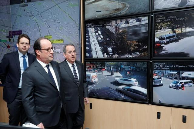 French President Francois Hollande (C), Interior Minister Matthias Fekl (L) and Paris Prefect Michel Delpuech visit Paris police headquarters the day after a policeman was killed and two others were wounded in a shooting incident on the Champs Elysees Avenue in Paris, April 21, 2017.   REUTERS/Philippe Wojazer