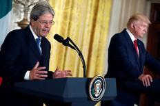 رئيس الوزراء الإيطالي باولو جنتيلوني في مؤتمر صحفي مشترك مع الرئيس الأمريكي دونالد ترامب في البيت الأبيض بواشنطن يوم الخميس. تصوير: أرون بي.بيرنستين - رويترز