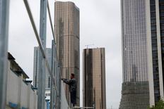 Un trabajador construyendo una reja en una construcción de unos edificios de oficinas en Pekín, abr 20, 2017. La economía china podría crecer más que lo que el Fondo Monetario Internacional (FMI) esperaba en 2017 tras un desempeño que superó los pronósticos en el primer trimestre, dijo el viernes la entidad.   REUTERS/Thomas Peter