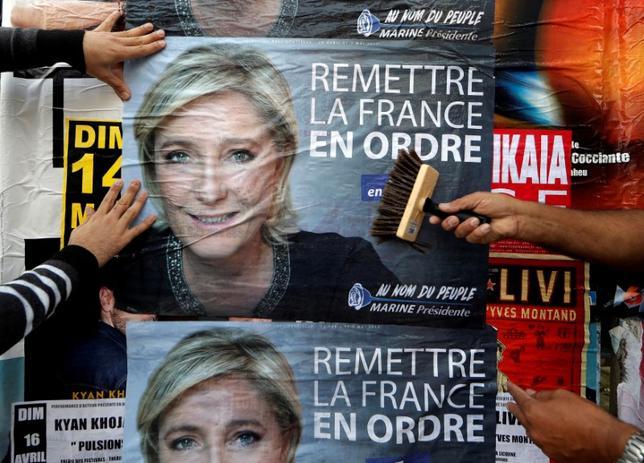 4月21日、仏パリ中心部で発生した銃撃事件後に実施された大統領選に関する世論調査によると、極右政党、国民戦線(FN)のルペン党首が支持率をやや伸ばした。写真は今月21日撮影(2017年 ロイター/Eric Gaillard)