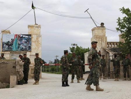 إعلان الحداد في أفغانستان بعد مقتل العشرات في هجوم على قاعدة للجيش