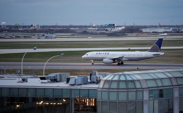 A United Airline Airbus A320 aircraft lands at O'Hare International Airport in Chicago, Illinois, U.S., April 11, 2017.  REUTERS/Kamil Krzaczynski/Files