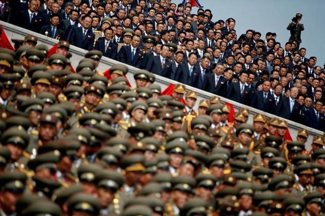 4月25日、日米韓の政府高官は、北朝鮮の核問題を巡る6カ国協議の首席代表会合を都内で開いた。会合は午前中いっぱい続く見通し。中国の代表も同日に来日し、外務省高官と会談する。写真は15日、平壌で行われた故金主席生誕105周年事パレードの模様(2017年 ロイター/Damir Sagolj)