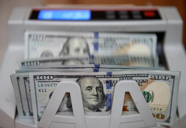 4月25日、正午のドル/円は、前日ニューヨーク市場午後5時時点と比べ、ドル高/円安の110.08/10円だった。写真はキエフで昨年10月撮影(2017年 ロイター/Valentyn Ogirenko)