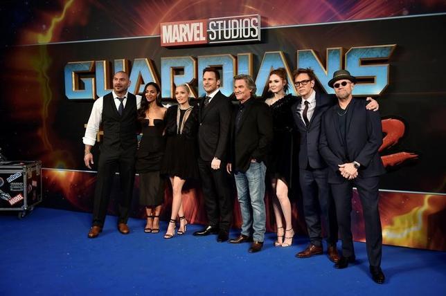 4月24日、英ロンドンで、マーベル・コミックス原作の映画「ガーディアンズ・オブ・ギャラクシー:リミックス」(日本公開5月12日)のプレミア上映会が開かれ、ジェームズ・ガン監督(右から2人目)や出演キャストのクリス・プラット(左から4人目)らが姿を見せた(2017年 ロイター/Hannah McKay)