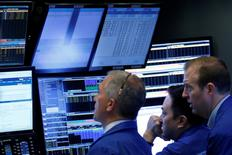 Operadores trabajando en la sede de la Bolsa de Valores de Nueva York (NYSE) en Nueva York, EEUU, 20 de abril de 2017. REUTERS/Brendan McDermid