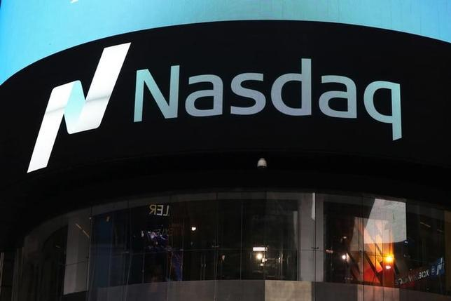 4月25日、米国株式市場は、企業の好決算を追い風に主要指数がそろって上昇し、ナスダック総合指数は6000ポイントの大台に乗せて過去最高値を更新した。写真はニューヨークで撮影(2017年 ロイター/Shannon Stapleton)