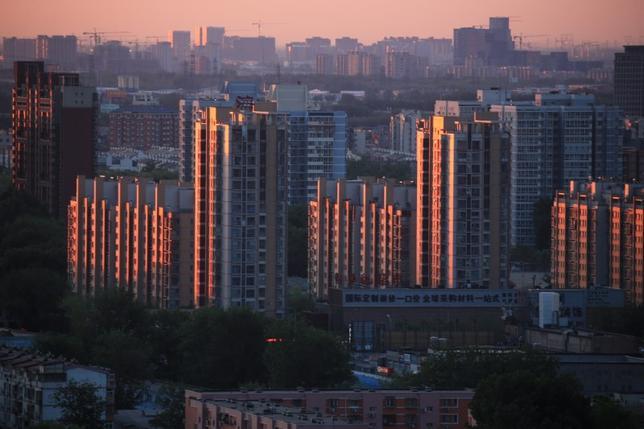 4月26日、人民日報によると、中国国家発展改革委員会の寧吉哲副主任は、政府が不動産規制を緩和すれば、大都市の住宅価格は上昇する可能性が高いとの認識を示した。北京で25日撮影(2017年 ロイター)