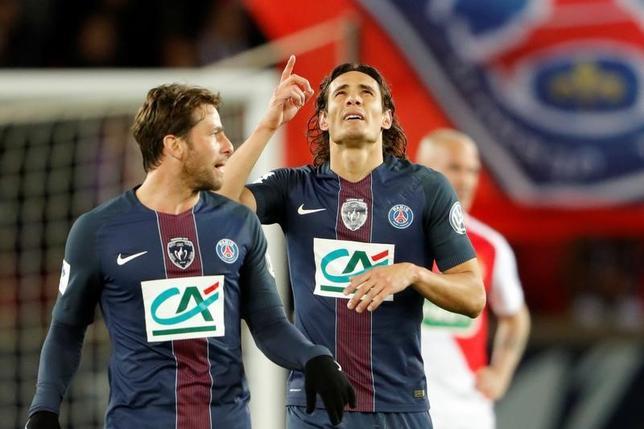 4月26日、サッカーのフランス・カップ準決勝、パリ・サンジェルマンはエディンソン・カバニ(中央)らのゴールでモナコに5─0と大勝した(2017年 ロイター/Charles Platiau)