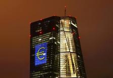 Imagen de archivo de la sede del BCE en Fráncfort, iluminada con el símbolo del euro, el 12 de marzo de 2016. Existen señales tentativas de aumento de los precios al productor en la zona euro, dijo el jueves el presidente del Banco Central Europeo (BCE), Mario Draghi, pero no hay evidencia suficiente como para cambiar la política monetaria del banco. REUTERS/Kai Pfaffenbach