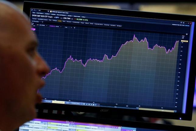 4月28日、米株は小幅安で'終了。3年ぶりの低水準となった第1・四半期の米国内総生産(GDP)統計が重しとなり、このところの上げで利益確定の動きが優勢となった。写真はニューヨーク証券取引所のトレーディングフロアの様子、今月27日撮影。(2017年 ロイター/Brendan McDermid)