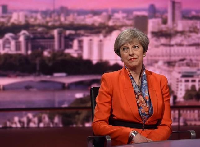 4月30日、英国のメイ首相は、6月8日の総選挙で自身が率いる保守党が勝利した場合、付加価値税(VAT)の税率を現行の20%から引き上げない方針を示した。選挙キャンペーンに関する初のテレビインタビューで語った。提供写真(2017年 ロイター)