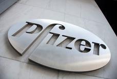 IMAGEN DE ARCHIVO: El logo de Pfizer es visto en su sede en Nueva York, Estados Unidos.  28 de abril 2014. Pfizer Inc, la mayor farmacéutica de Estados Unidos, reportó una ganancia superior a lo estimado, gracias a mayores ventas de su medicamento para el cáncer de mama Ibrance y su analgésico Lyrica.  REUTERS/Andrew Kelly/File Photo