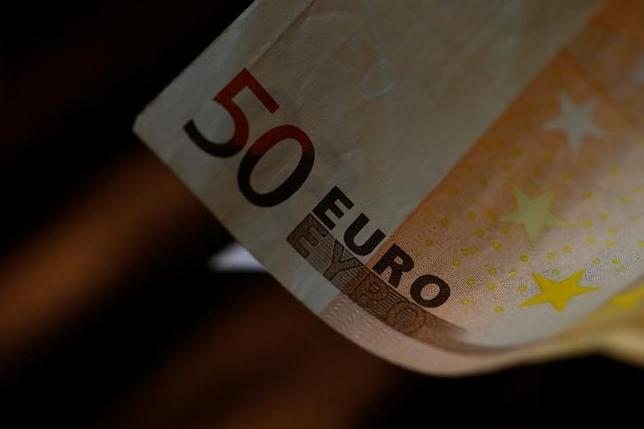 5月5日、アジア新興国の中央銀行は従来ユーロ圏の国債の主要な買い手だったが、このところ購入を減らしている。写真はユーロ紙幣。ウィーンで昨年10月撮影(2017年 ロイター/Leonhard Foeger)