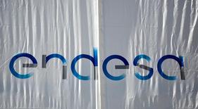 En la imagen, el logo de Endesa en su sede en Madrid, el 26 de abril de 2016. Endesa anunció el martes que, pese a los flojos resultados del primer trimestre del año, mantiene su objetivo de beneficio para el conjunto del ejercicio y la proyección de reparto de dividendo. REUTERS/Andrea Comas