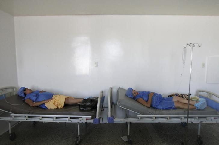 Pregnant women lay on beds without sheets during their labour at a maternity hospital in Maracaibo, Venezuela June 19, 2015. REUTERS/Isaac Urrutia