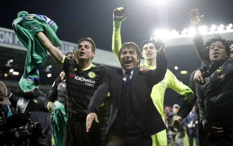 Britain Football Soccer - West Bromwich Albion v Chelsea - Premier League - The Hawthorns - 12/5/17 Chelsea manager Antonio Conte celebrates with his players after winning the Premier League title Action Images via Reuters / Carl Recine Livepic