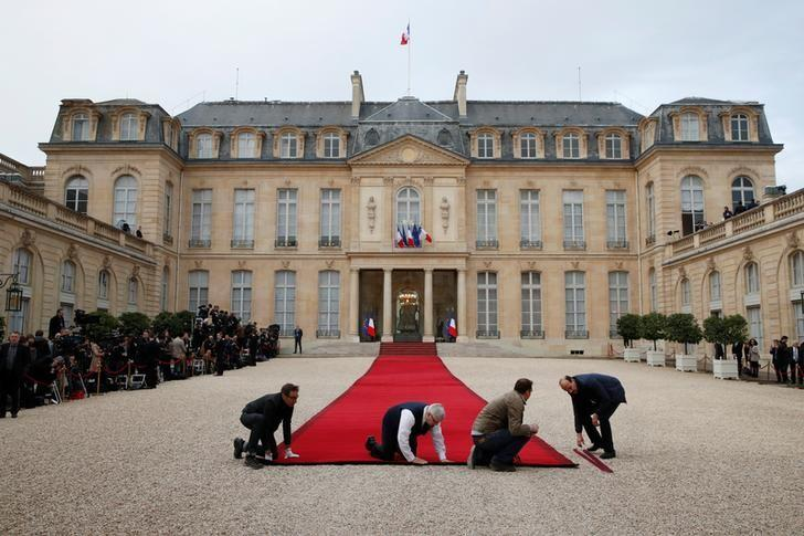 Workmen prepare the red carpet before a handover ceremony between French President-elect Emmanuel Macron and outgoing President Francois Hollande at the Elysee Palace in Paris, France, May 14, 2017.       REUTERS/Christian Hartmann