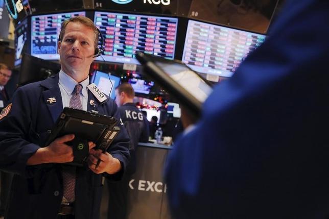 5月15日、企業決算シーズンも終わりに近づき、S&P500指数とナスダック総合指数が過去最高近辺で推移するなか、一部の市場アナリストにとり米株式市場における最大懸念は、警戒感の欠如だろう。2015年12月撮影(2017年 ロイター/Lucas Jackson)
