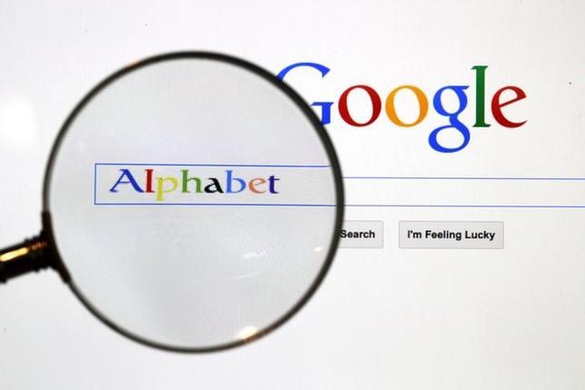 5月15日、米アルファベット傘下のグーグルは、同社の規約に違反するコンテンツが含まれるウェブサイトへの広告配信を速やかに停止する新たな技術を導入すると発表した。2015年8月11日撮影(2017年 ロイター/Pawel Kopczynski)