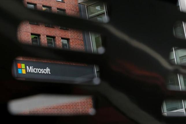 5月15日、週末に発生した大規模なサイバー攻撃で、米マイクロソフトの基本ソフト(OS)「ウィンドウズ」の更新を行っておらず被害を受けた企業は、セキュリティ対策の不備で提訴される可能性がある。写真は米マサチューセッツ州ケンブリッジのマイクロソフト社で撮影(2017年 ロイター/Brian Snyder)