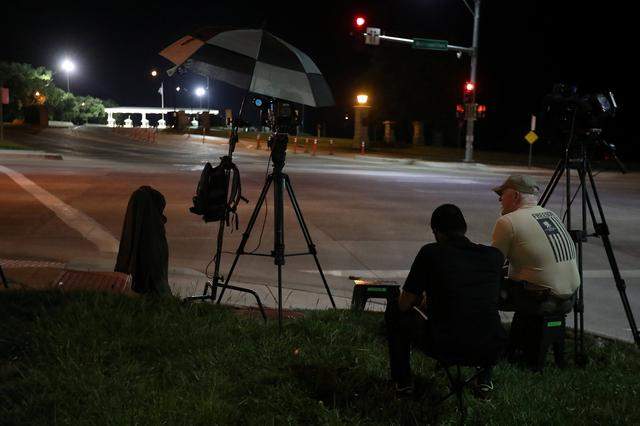 Media wait at the front gate of U.S. Army base Fort Leavenworth for the expected departure of Chelsea Manning in Leavenworth, Kansas, U.S., May 17, 2017. REUTERS/Carlo Allegri