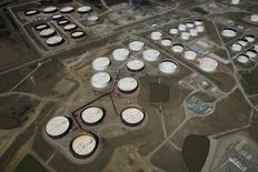 IMAGEN DE ARCHIVO: Tanques de almacenamiento de crudo se ven desde arriba en Oklahoma, Estados Unidos. 24 de marzo 2016.  Los inventarios de petróleo de Estados Unidos bajaron la semana pasada por un aumento de la producción de refinerías, mientras que las existencias de gasolina y de destilados también disminuyeron, dijo el miércoles la gubernamental Administración de Información de Energía (EIA). REUTERS/Nick Oxford/File Photo