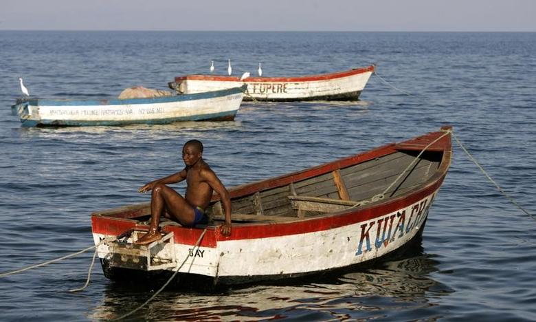 A fisherman prepares his boat on the banks of Lake Malawi about 100 kilometers east of the capital Lilongwe,May 14,2008.REUTERS/Siphiwe Sibeko (Malawi)