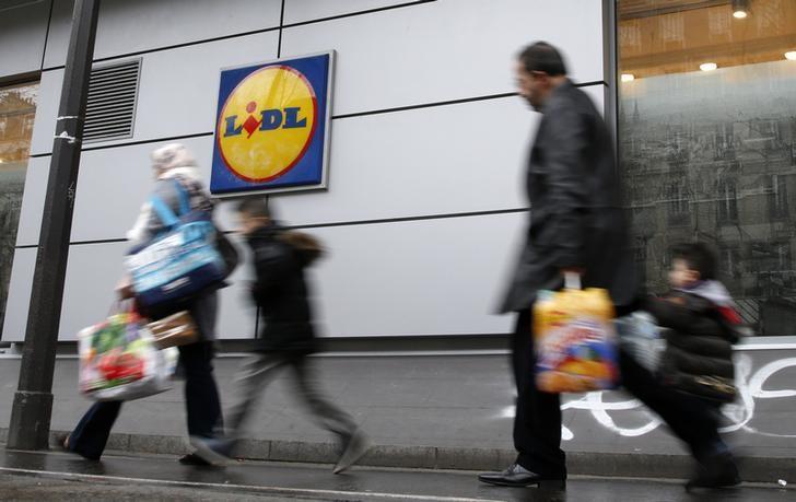 FILE PHOTO: People walk past a Lidl supermaket in Paris, France, March 1, 2016.  REUTERS/Jacky Naegelen