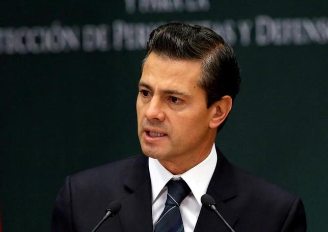 Mexico's President Pena Nieto talks to journalists about slain journalists in Mexico at Los Pinos presidential residence in Mexico City, Mexico, May 17, 2017. REUTERS/Henry Romero