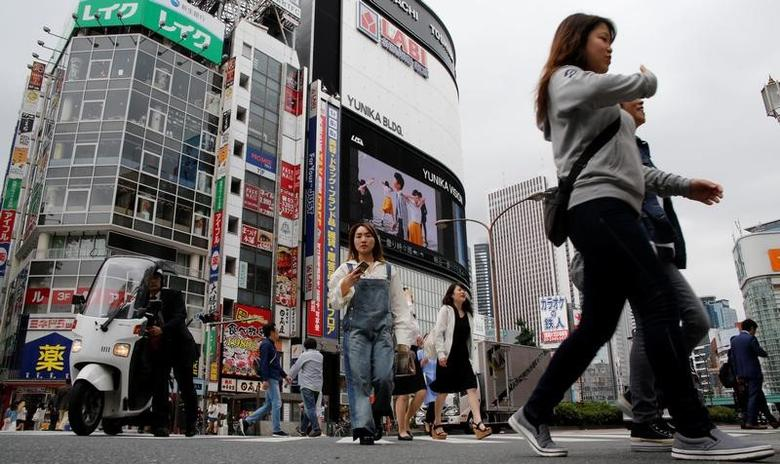 People cross a street in the Shinjuku shopping and business district in Tokyo, Japan May 17, 2017. Picture taken May 17, 2017.   REUTERS/Toru Hanai