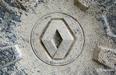 Логотип Renault на колесе автомобиля в Графенвёре, Германия 26 октября 2016 года. Автоконцерн Renault отзывает 10.116 автомобилей Renault Kaptur в РФ, говорится в сообщении Росстандарта. REUTERS/Michaela Rehle