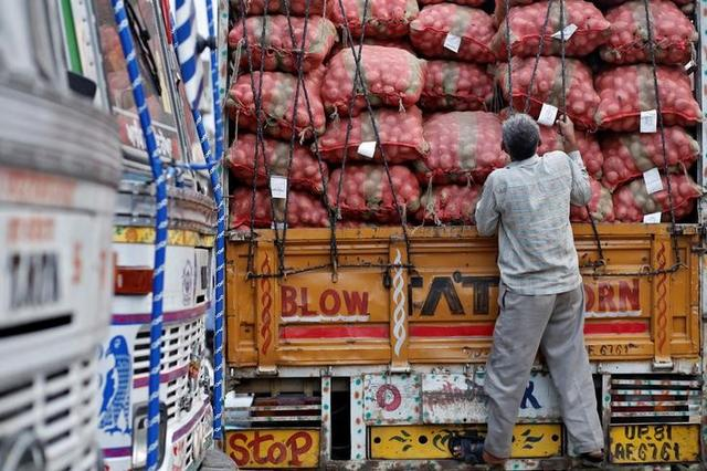 A labourer prepares to unload sacks of potatoes from a truck at a wholesale vegetable and fruit market in New Delhi July 2, 2014.  REUTERS/Anindito Mukherjee/File Photo