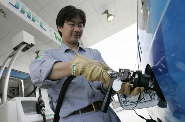 5月19日、トヨタ自動車など計11社は燃料電池車(FCV)の燃料となる水素の充てん設備(水素ステーション)を本格的に整備する新会社の年内設立を検討すると発表した。写真は関西国際空港にある水素ステーションで2008年5月撮影(2017年 ロイター/Yuriko Nakao)