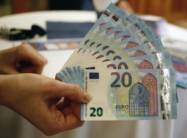 FILE PHOTO: New 20 Euro banknotes are presented at the Austrian national bank in Vienna February 24, 2015.  REUTERS/Leonhard Foeger