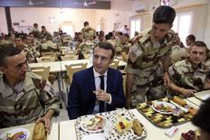 French President Emmanuel Macron visits French troops in Africa's Sahel region in Gao, northern Mali, 19 May 2017. REUTERS/Christophe Petit Tesson/Pool
