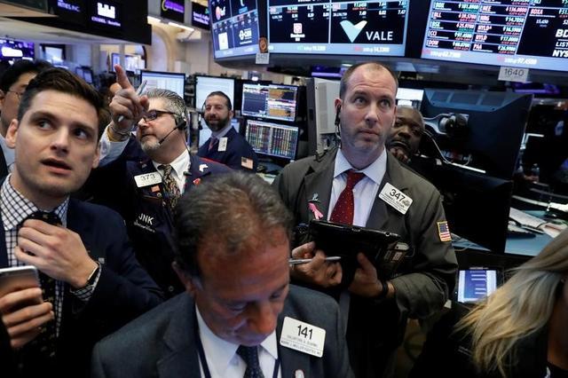 5月18日、米国の政治的な混乱で世界の金融市場に動揺が広がり、ボラティリティが急上昇ている。これに伴って投資家はリスク許容度を見直さざるを得なくなってきた。写真はニューヨーク証券取引所で18日撮影(2017年 ロイター/Brendan McDermid)