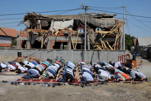 Ramadan prayers outside demolished Belgrade mosque