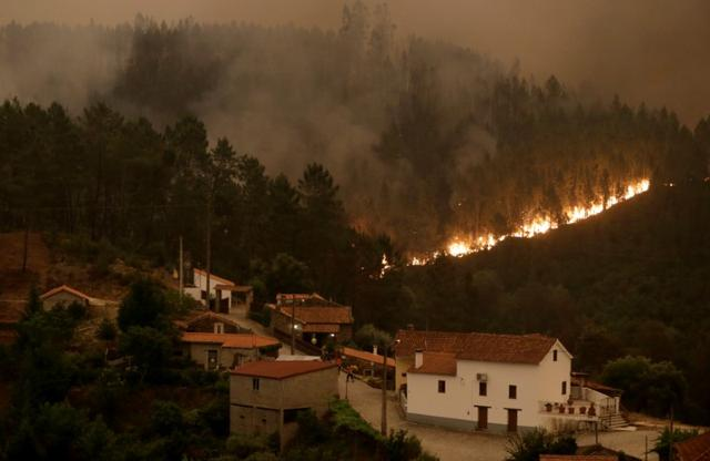 Fire and smoke are seen during a forest fire in Mega Fungueira, in central Portugal, June 18, 2017.  REUTERS/Miguel Vidal